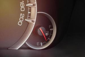 jauge de niveau de carburant dans le tableau de bord de la voiture photo