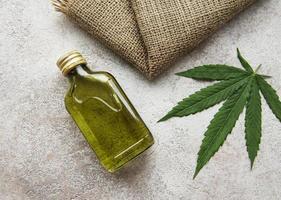 huile de CBD, teinture de chanvre, produit cosmétique au cannabis pour les soins de la peau. photo
