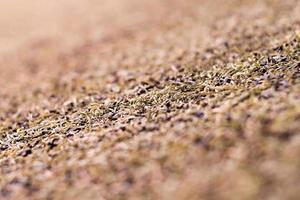 texture du gazon artificiel en plastique et des granulés de caoutchouc photo