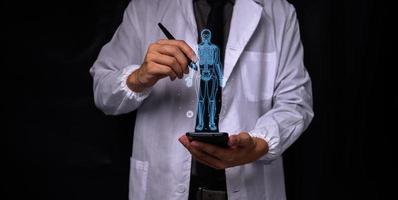 médecin montrant des informations sur le traitement photo