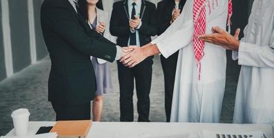 les partenaires commerciaux saluent la poignée de main après l'accord de la conférence photo