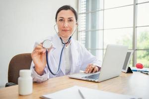 un médecin examine la santé du patient avec un stéthoscope photo