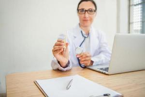 un médecin examine la santé du patient avec la fièvre du thermomètre photo