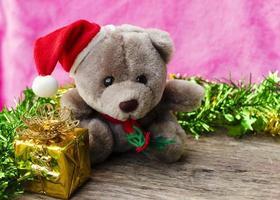 boîte cadeau nounours et or sur fond de bois photo