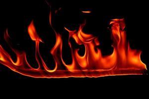 flamme de feu sur fond noir photo