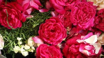 les roses rouges en gros plan sont utilisées pour des événements traditionnels photo