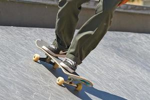 aux pieds d'une personne faisant du skateboard aux états-unis photo