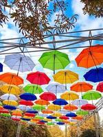 des parapluies sur le thème de l'automne sont suspendus au-dessus de l'allée du parc photo