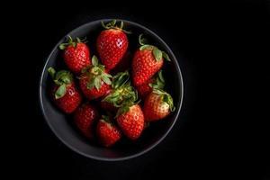 fraises sur fond noir photo