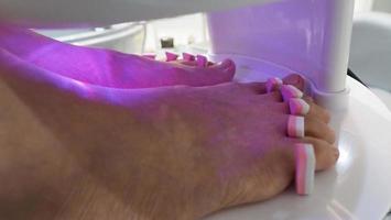 Spa pour les pieds. femme pieds nus massant dans une machine à eau savonneuse à la boutique du spa. photo
