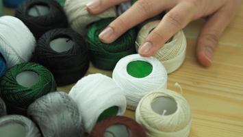 broder la couture à la main de la femme. travail artisanal et mains féminines. photo