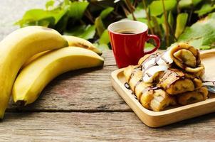 pain perdu à la banane et boissons au café sur fond de table en bois photo