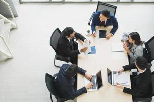 équipe de gens d'affaires asiatiques analysant les statistiques financières. photo