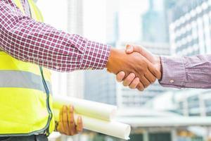 ingénieur civil serrant la main d'un homme d'affaires photo