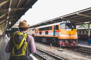 jeune homme voyageur à la gare de la plate-forme. concept de voyage. photo