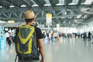 jeune homme voyageur à l'aéroport photo