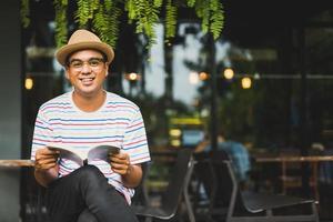 jeune homme asiatique lisant un concept d'étude de livre. photo
