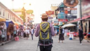 jeune homme voyageant asiatique marchant dans la route de khaosan photo