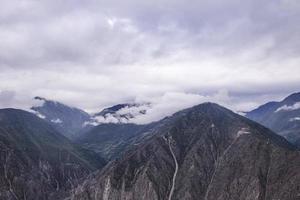 Nuage de montagne à l'aube paysage à shangri la, province du yunnan, chine photo