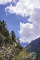 nuage de montagne dans un paysage de journée ensoleillée à shangri la, yunnan chine photo