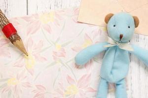 papier floral avec un crayon et un jouet photo