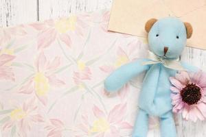 papier floral avec un jouet et une fleur photo