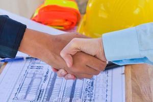 serrer la main travail d'équipe serrer la main accord lors de la réunion de l'ingénieur de l'équipe photo
