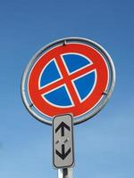 pas de parking et pas de panneau d'arrêt sur ciel bleu photo