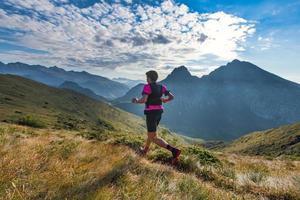homme de montagne sportif monte en sentier pendant l'entraînement d'endurance photo
