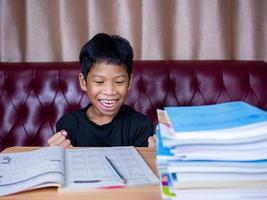 le garçon était très heureux de finir ses devoirs. photo
