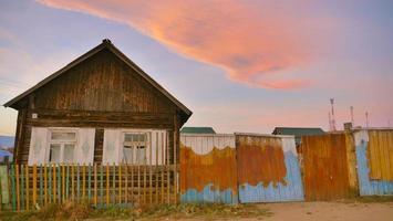 coucher de soleil vintage petite maison en bois sur l'île d'olkhon, irkutsk russie photo