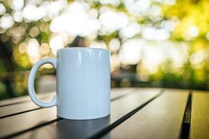 tasse blanche sur la table photo