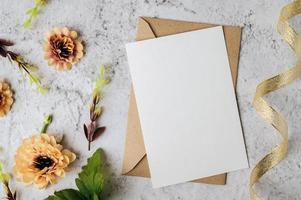 une carte vierge avec enveloppe et fleur est placée sur fond blanc photo
