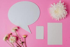 bulle de dialogue ovale, fleur et carte claire avec fond rose photo