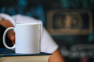 tasse sur les livres en classe photo