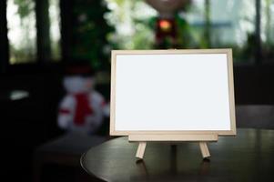 cadre photo posé sur une table dans un restaurant.