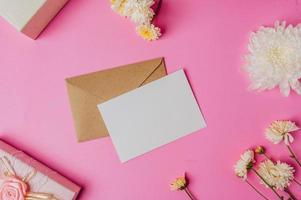 enveloppe brune, coffret rose avec carte vierge et fleur photo