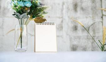 des livres et des vases sur le sol blanc. photo