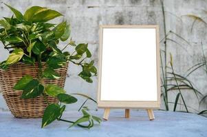 des cadres photo posés sur une table en ciment et de petits arbres sur les côtés.