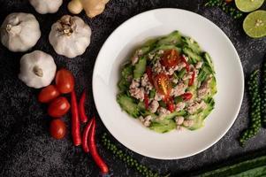 courgettes sautées avec du porc émincé dans une assiette blanche photo