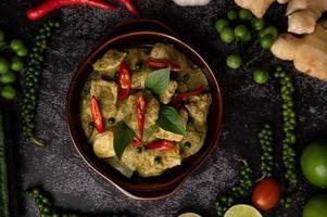 curry vert de porc dans un bol marron avec des épices photo