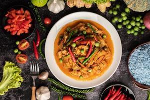 curry rouge avec du porc dans une assiette blanche photo