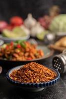 poivre de cayenne sur une assiette sur ciment noir, mise au point sélective. photo