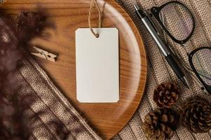 plaque de bois sur le pull avec étiquette transparente photo