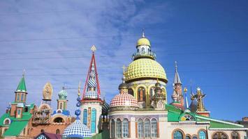 temple de toutes les religions et ciel bleu journée ensoleillée à kazan russie photo