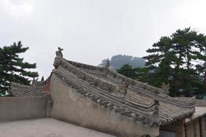 Toit avec sculpture sur pierre dans la montagne taoïste sacrée Mont Huashan Chine photo