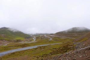 route autour de la montagne jour nuageux dans la province de qinghai en chine photo