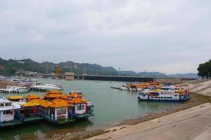 bateau et jetée dans le temple de bingling lanzhou gansu, chine. photo