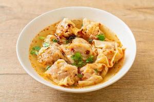soupe wonton de porc ou soupe de boulettes de porc avec chili rôti photo