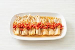 champignons dorés cuits à la vapeur ou enokitake avec sauce soja photo